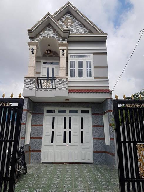 Ngôi nhà 2 tầng mái thái diện tích 95m2 (5x19m) tại quận Thủ Đức.:  Nhà gia đình by Công ty TNHH Thiết Kế Xây Dựng Song Phát