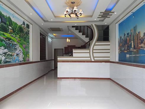 Phòng khách và phòng bếp được thiết kế liền kề với nhau.:  Phòng khách by Công ty TNHH Thiết Kế Xây Dựng Song Phát