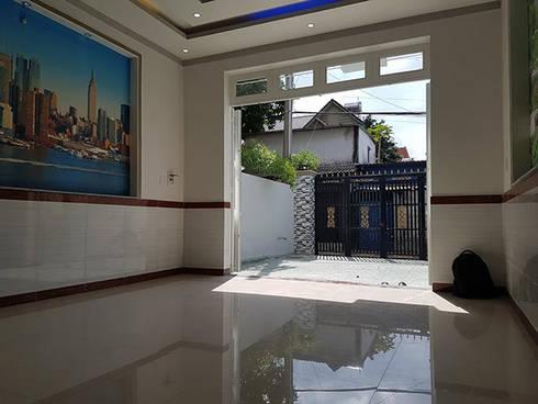 Sân và phòng khách thông thoáng có thể để xe cho gia đình.:  Phòng khách by Công ty TNHH Thiết Kế Xây Dựng Song Phát