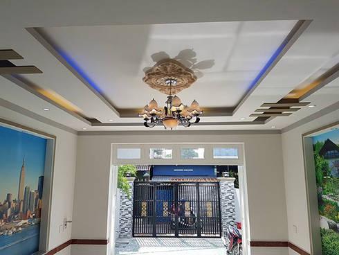 Đèn trần trang trí nhẹ nhàng.:  Phòng khách by Công ty TNHH Thiết Kế Xây Dựng Song Phát