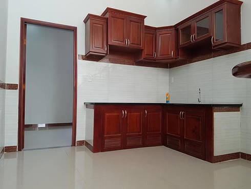 Nhà Ống 2 Tầng Mái Thái 95m2 Thiết Kế Rộng Rãi:  Tủ bếp by Công ty TNHH Thiết Kế Xây Dựng Song Phát