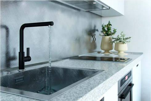 Không gian bếp tuy nhỏ nhưng vẫn đầy đủ tiện nghi.:  Bếp xây sẵn by Công ty TNHH Thiết Kế Xây Dựng Song Phát