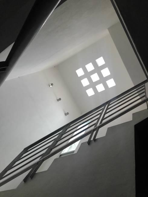 Casa 20-N: Escaleras de estilo  por arqIVE