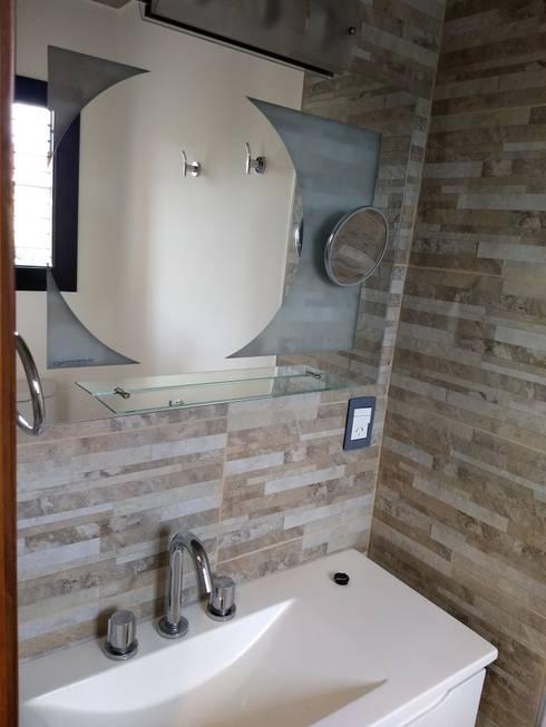 CASA ROLDAN: Baños de estilo  por ECOS DE SOL (Ingeniería y Construcción)