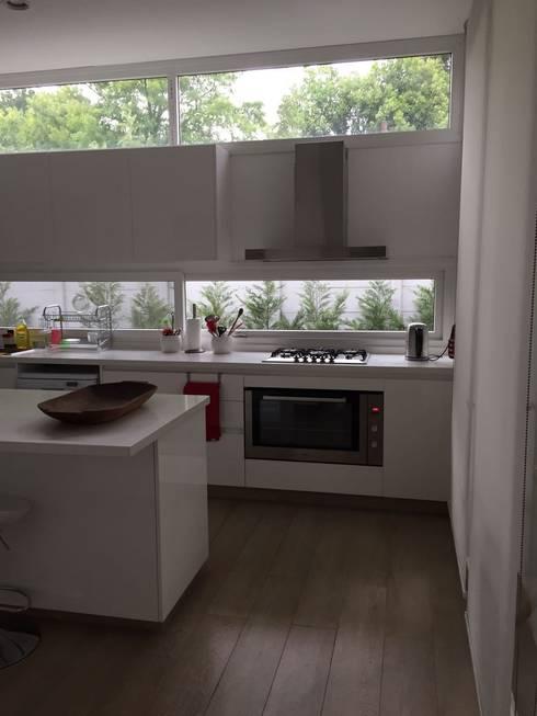 CASA EN TORTUGAS CC-COCINA: Muebles de cocinas de estilo  por Estudio Dillon Terzaghi Arquitectura