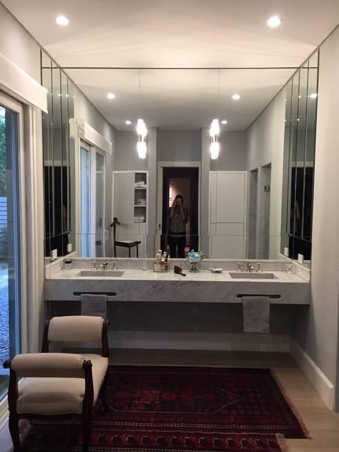 Baños de estilo clásico por Estudio Dillon Terzaghi Arquitectura