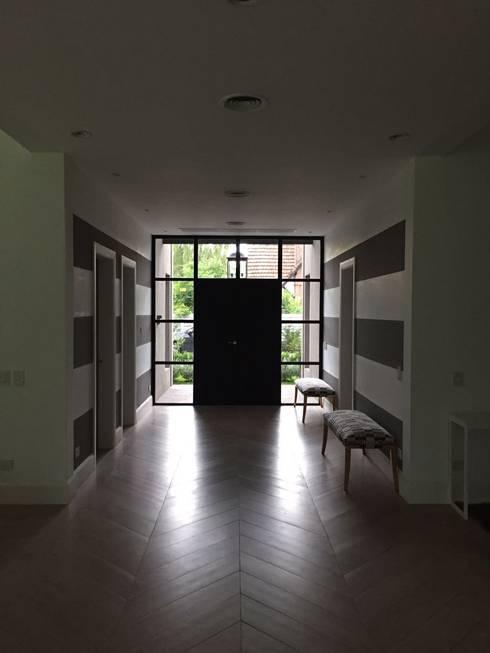 Pasillos y hall de entrada de estilo  por Estudio Dillon Terzaghi Arquitectura
