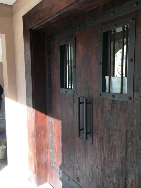 CASA EN SAINT THOMAS CC: Puertas de entrada de estilo  por Estudio Dillon Terzaghi Arquitectura