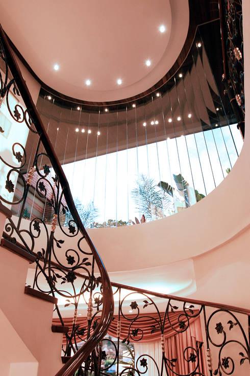 Escaleras de estilo  por Arq Renny Molina