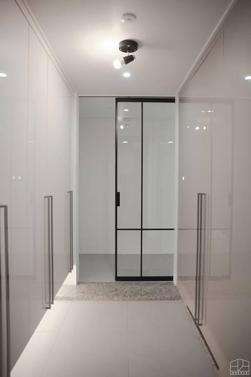 깨끗하고 모던한 분위기의 46평 아파트 인테리어: 홍예디자인의  미닫이 문