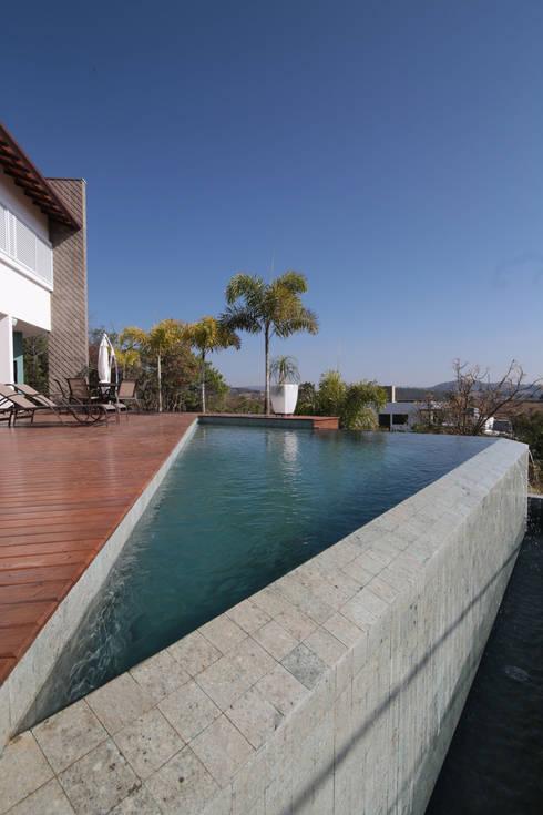 Hồ bơi trong vườn by Mutabile