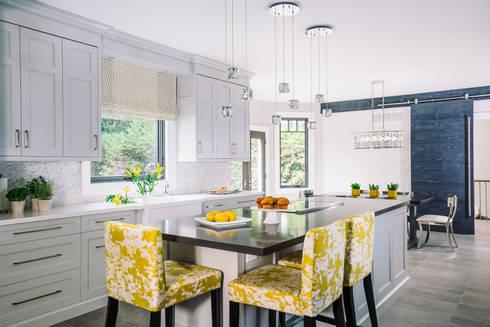 Bright and Cheery Kitchen: modern Kitchen by Frahm Interiors