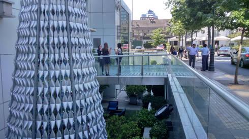 Árbol de Navidad Metrogas 2014: Oficinas y tiendas de estilo  por Tetralux Arquitectos
