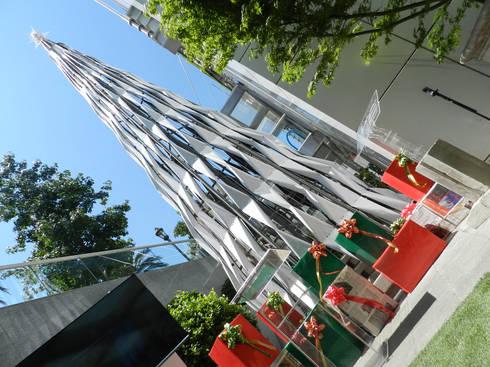 Árbol de Navidad Metrogas 2015: Oficinas y tiendas de estilo  por Tetralux Arquitectos