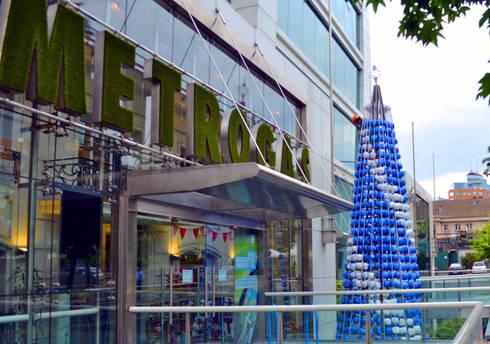 Árbol de Navidad Metrogas 2016: Oficinas y tiendas de estilo  por Tetralux Arquitectos