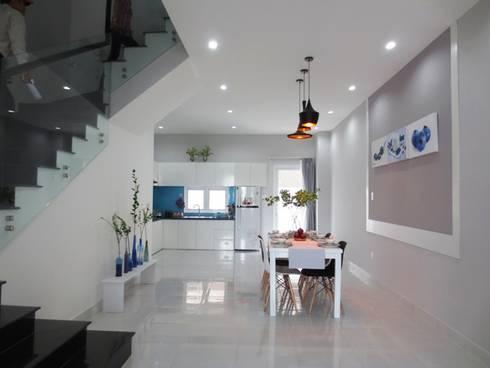Bức vách ngăn với họa tiết đơn giản được thêm vào để phân chia không gian các khu vực.:  Phòng khách by Công ty TNHH Thiết Kế Xây Dựng Song Phát