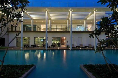 Lodha Bellissimo Clubhouse:  Swimming pond by Racheta Interiors Pvt Limited