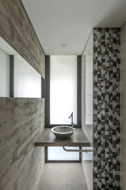 Casa Aranzazu: Baños de estilo moderno por Besonías Almeida arquitectos