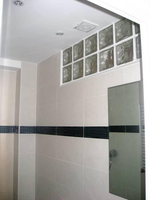 Baño en blanco con adorno de gresite de cristal en turquesa: Baños de estilo  de Almudena Madrid Interiorismo