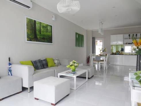 KTS đã lựa chọn màu sơn trắng làm chủ đạo.:  Phòng khách by Công ty TNHH Thiết Kế Xây Dựng Song Phát
