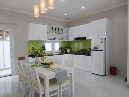 Phòng bếp hình chữ L với nội thất tiện nghi.:  Phòng ăn by Công ty TNHH Thiết Kế Xây Dựng Song Phát