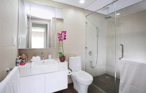 Phòng vệ sinh được bố trí chung nhằm đảm bảo tính riêng tư.:  Phòng tắm by Công ty TNHH Thiết Kế Xây Dựng Song Phát