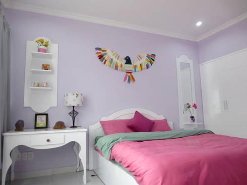 Sắc tím than tô điểm cho tường phòng, thể hiện sự nữ tính cho căn phòng.:  Phòng ngủ by Công ty TNHH Thiết Kế Xây Dựng Song Phát