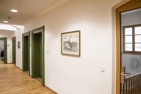 Büros, Flur:  Bürogebäude von Fiedler + Partner