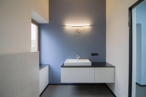 Modernisierung Haus W: minimalistische Badezimmer von Fiedler + Partner