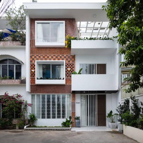 Thiết kế mặt tiền ngôi nhà 1 trệt 2 lầu đẹp hút hồn:  Nhà gia đình by Công ty TNHH Xây Dựng TM – DV Song Phát