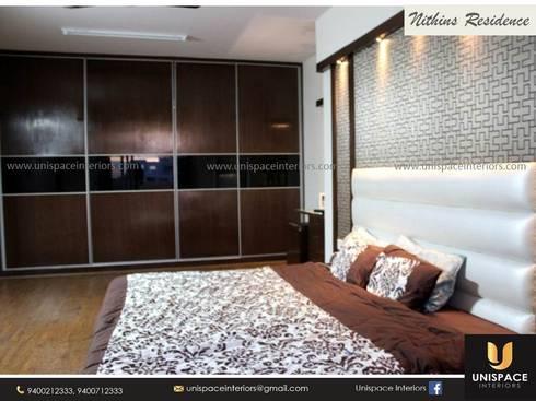 RESIDENCE VILLA APARTMENT INTERIORS -CONTEMPORARY INTERIORS- BEDROOM:   by UNISPACE INTERIOR