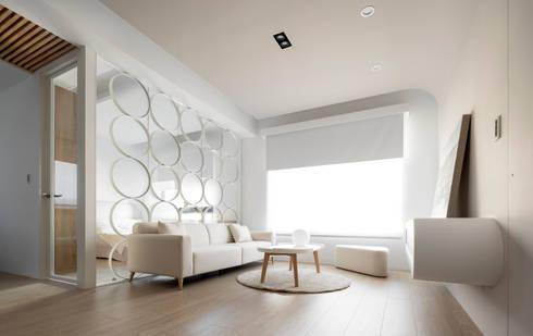 小圓滿:  客廳 by 磨設計