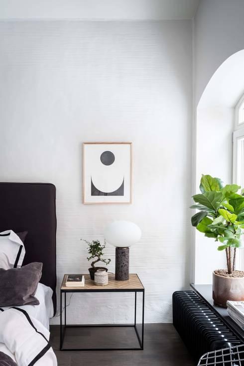 La casa con le pareti di mattoni: Camera da letto in stile  di Design for Love
