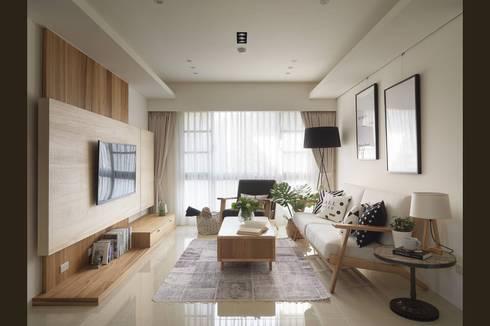 充足的自然採光與簡約木質家具最清新舒適的居家氛圍:  客廳 by M.W JOINTS  罕氏家居