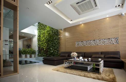 Phòng khách đặt ngay cạnh giếng trời.:  Phòng khách by Công ty TNHH Thiết Kế Xây Dựng Song Phát