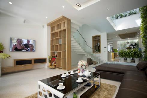 Không khí đón tiếp tràn sức sống tại tầng một của ngôi nhà.:  Phòng khách by Công ty TNHH Thiết Kế Xây Dựng Song Phát