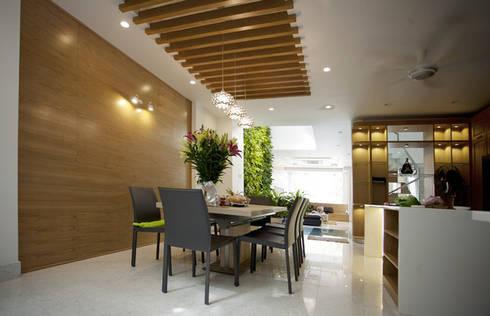 Phòng khách liên thông với bên trong là phòng ăn theo lối kiến trúc mở.:  Phòng ăn by Công ty TNHH Thiết Kế Xây Dựng Song Phát