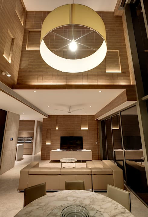 Vertical and Horizontal Feature Wall Apartment at Leedon Residence: modern Living room by Lim Ai Tiong (LATO) Architects