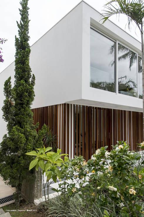 Casa cuatro : Paredes de estilo  por Diego Jobell Arquitectos
