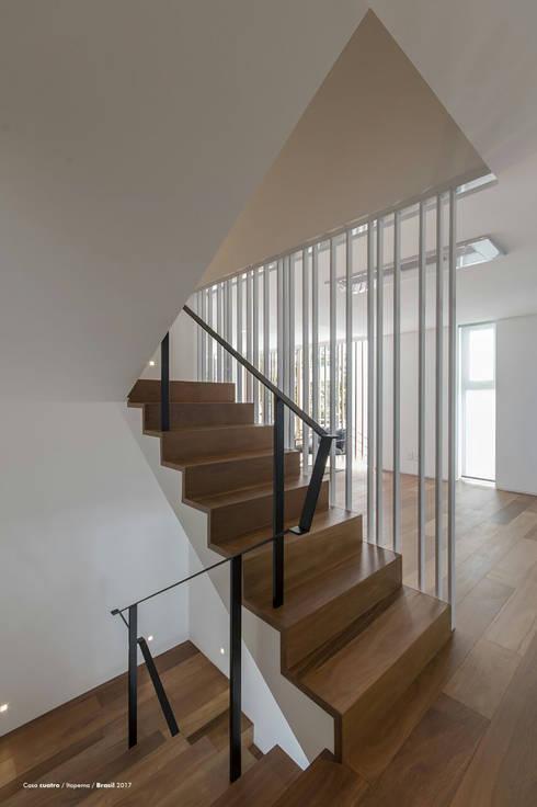 Casa cuatro : Escaleras de estilo  por Diego Jobell Arquitectos