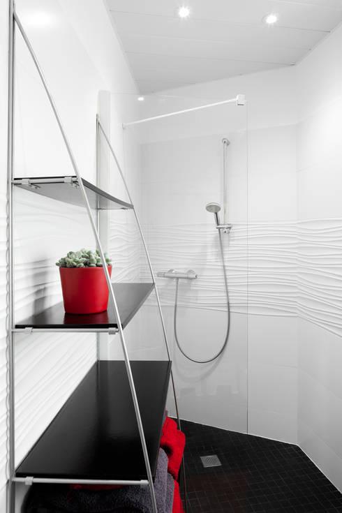 duplex : Salle de bains de style  par la beau d'architecture