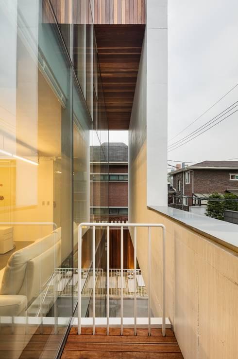아뜰리에 채연: L'eau Design의  주택