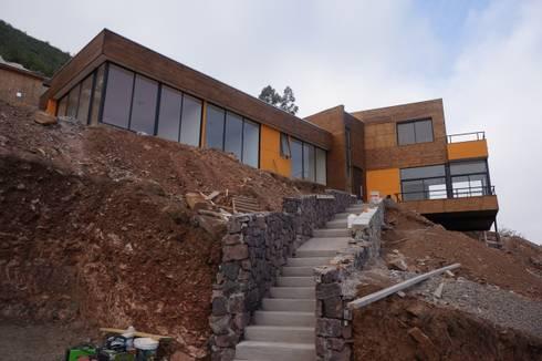 Vista acceso peatonal en obra.: Casas de estilo moderno por Uno Arquitectura