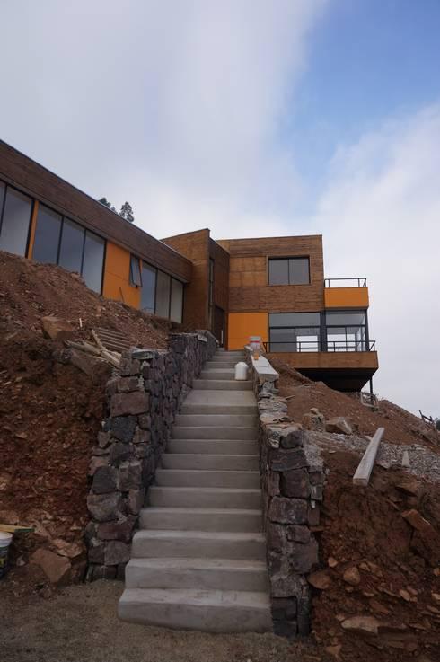 Vista acceso peatonal en obra.: Casas unifamiliares de estilo  por Uno Arquitectura