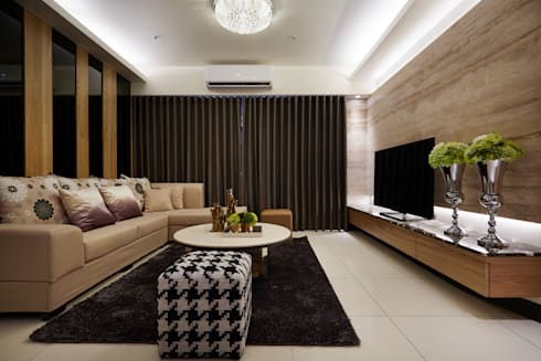 搭配天花水晶燈與沙發後方實木與黑色烤漆玻璃相間的牆面:  飯店 by 雅和室內設計