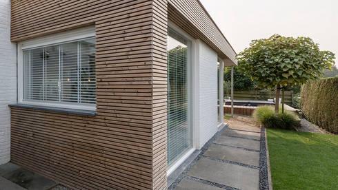 uitbreiding woonhuis: moderne Huizen door CHORA architecten