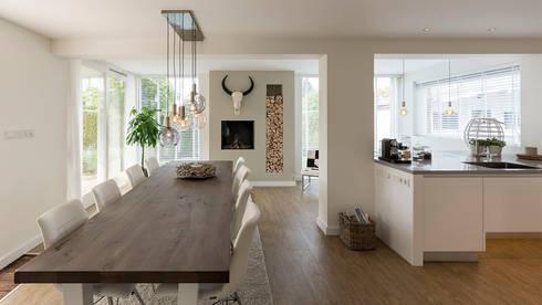 interieur woonhuis: moderne Eetkamer door CHORA architecten
