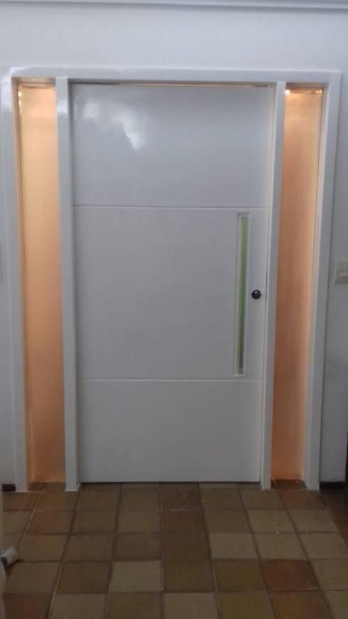 Porta em laca brilho.: Portas de entrada  por Mack Móveis