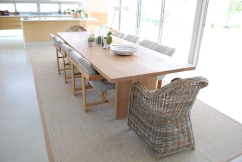 The Aleida Solid Oak Dining Room Table: classic Dining room by MELLOWOOD Furniture