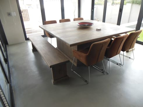 Solid rubberwood dining room table.: classic Dining room by MELLOWOOD Furniture